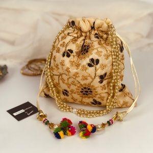 Handbags - 💥NEW💥Boho Drawstring Clutch Bag Black n Gold
